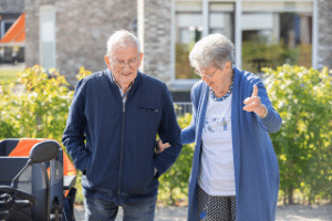 Oudere man met dementie en mantelzorger